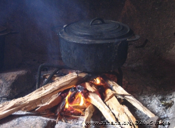 burning wood direcly to cook rice