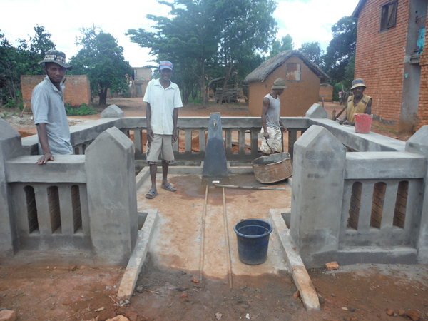 Building another communal faucet in Fiarenana  Madagascar - Zahana